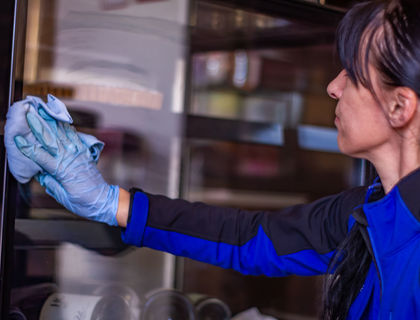 ASE Unterhaltsreinigung - Reinigungsservice - Glasflächen und Türen reinigen