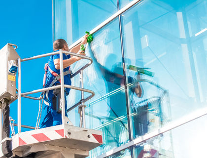 ASE Fensterreinigung mit Hebebühne
